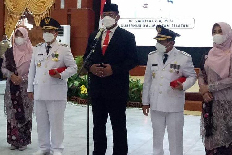 Pj Gubernur Kalsel, Safrizal (tengah) melantik Wali Kota dan Wakil Wali Kota Banjarmasin terpilih Ibnu Sina-Arfifin Noor, Rabu (23/6/2021).