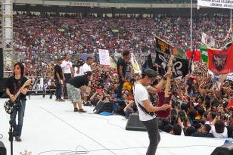 Grup band Slank saat tampil di acara konser Salam 2 Jari, di Stadion Gelora Bung Karno, Sabtu (5/7/2014)