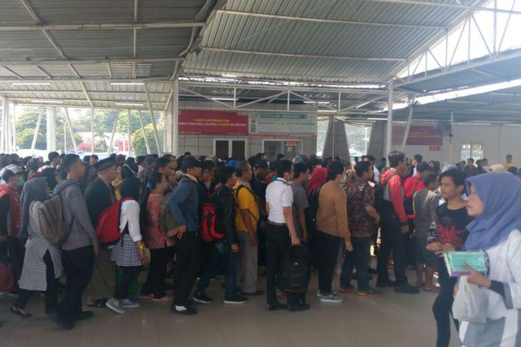 Antrean tap out di Stasiun Bogor pada Sabtu (21/7/2018).