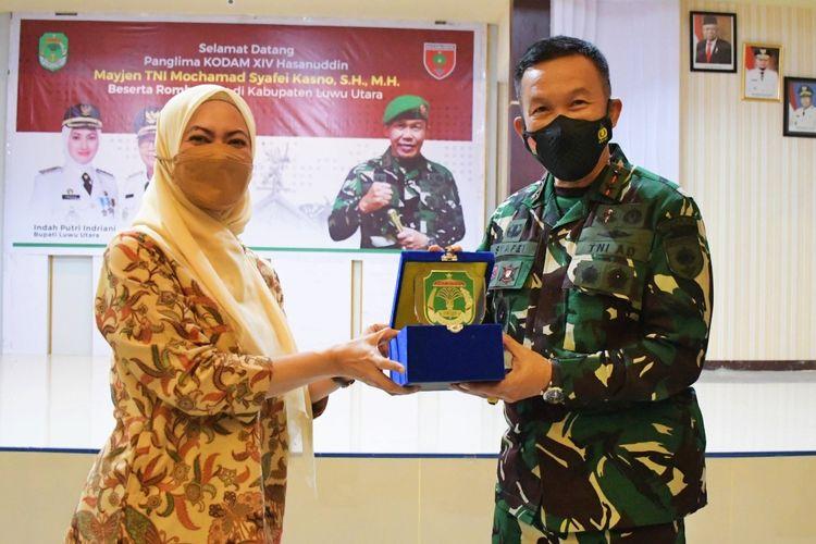 Bupati Luwu Utara Indah Putri Indriani saat menerima kunjungan Panglima Kodam (Pangdam) XIV Hasanuddin Mayor Jenderal (Mayjen) Tentara Nasional Indonesia (TNI) Mochamad Syafei Kasno pada Senin (7/6/2021).