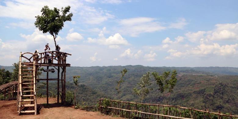 Jurang Tembelan terletak di dataran lebih tinggi dari Kebun Buah Mangunan. Oleh karena itu, dari gardu pandang, hamparan awan menyelimuti pandangan.