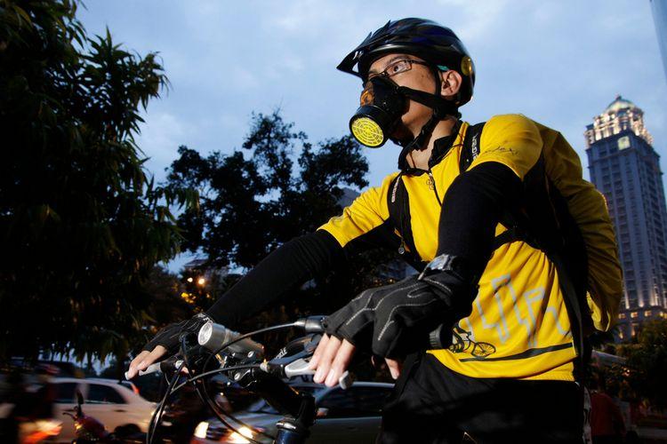 Ilustrasi pesepeda menggunakan masker di Jakarta