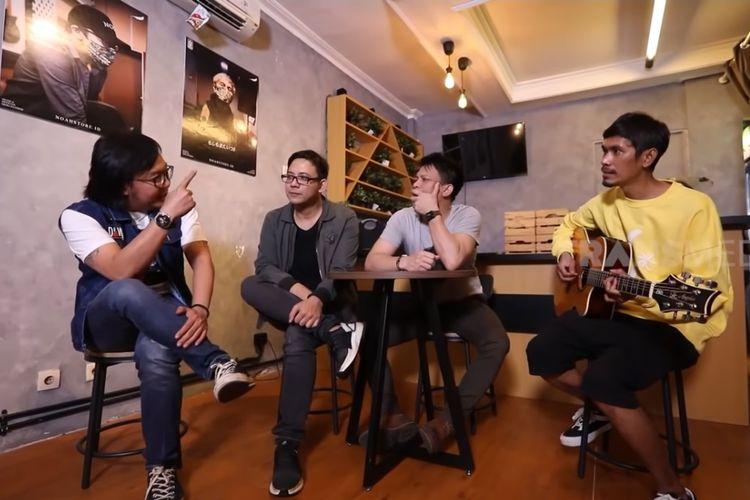 (Dari kiri) Artis musik Ari Lasso dan personel NOAH David, Ariel, serta Lukman