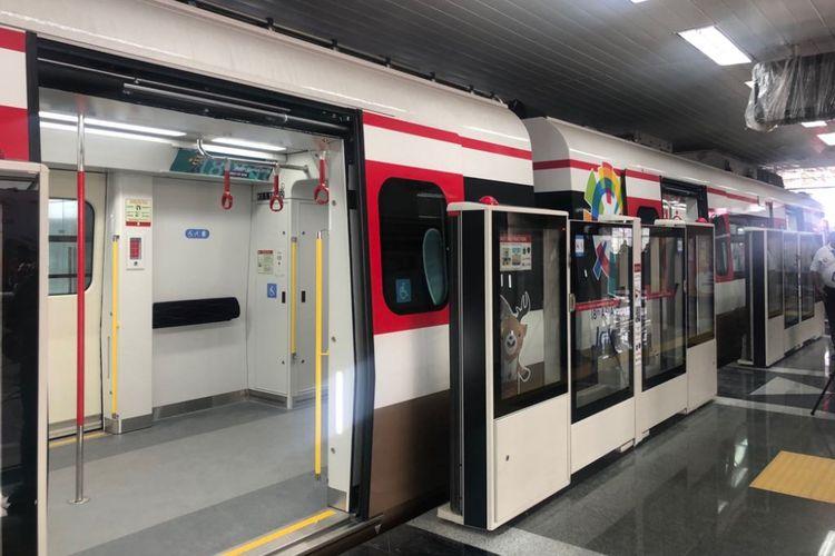 Kereta light rail transit berhenti di Stasiun Velodrome pada masa uji coba operasi, Rabu (29/8/2018).