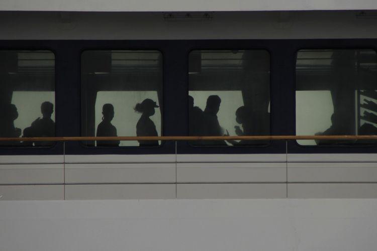 Sejumlah penumpang kapal pesiar MV.Coral Adventure berbaris untuk diperiksa suhu tubuhnya oleh petugas Kantor Kesehatan Pelabuhan (KKP) Kelas III Kupang setibanya di perairan Kabupaten Kupang, NTT Sabtu (29/2/2020). KKP menyatakan setelah diperiksa, 47 penumpang kapal dan 35 kru kapal dinyatakan negatif virus corona (Covid-19) sehingga diperbolehkan untuk turun dan berwisata di perairan itu.ANTARA FOTO/Kornelis Kaha/aww.
