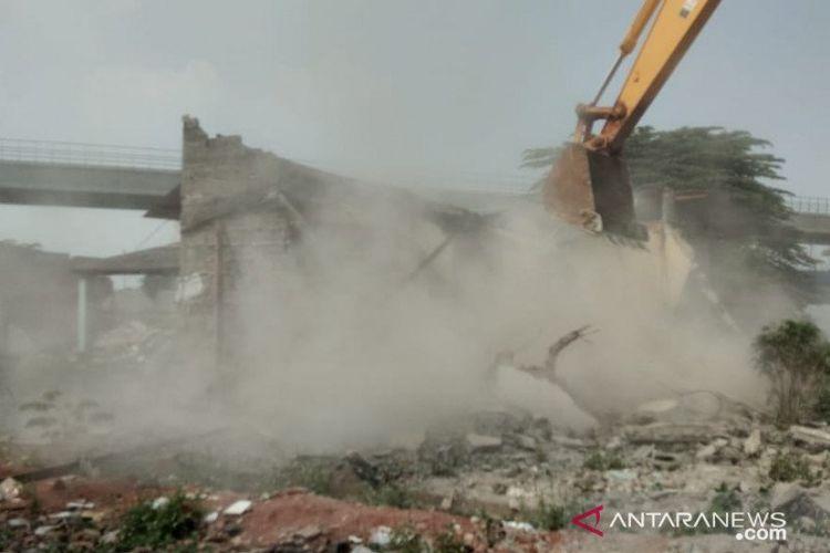 Alat berat menghancurkan bangunan tempat tinggal di kawasan Cipinang Melayu, Jakarta Timur, Selasa (21/7/2020). Penghancuran bangunan dilaksanakan Pengadilan Jakarta Timur terhadap 24 objek untuk proyek jalan Kereta Cepat Jakarta-Bandung.