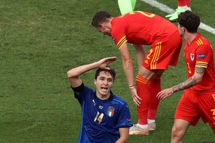 Gelandang Italia Federico Chiesa bereaksi setelah kehilangan peluang selama pertandingan sepak bola Grup A UEFA EURO 2020 antara Italia dan Wales di Stadion Olimpiade di Roma pada 20 Juni 2021.