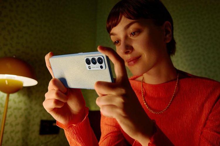 Data survei mengungkap bahwa sebanyak 78 persen Gen Z mendengarkan musik melalui ponsel pintar, sedangkan milenial hanya 59 persen. Begitu pula dengan streaming video. Sebanyak 75 persen Gen Z menggunakan smartphone untuk melihat video. Sementara, hanya 54 persen milenial melakukan hal yang sama.