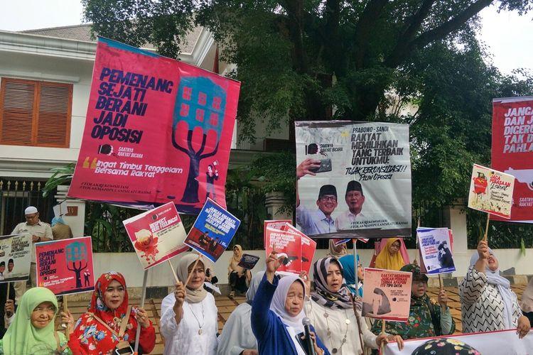 Puluhan emak-emak yang tergabung dalam komunitas pendukung Prabowo Subianto-Sandiaga Uno menggelar aksi unjuk rasa di depan kediaman Prabowo, Jalan Kertanegara, Jakarta Selatan, Jumat (5/7/2019).