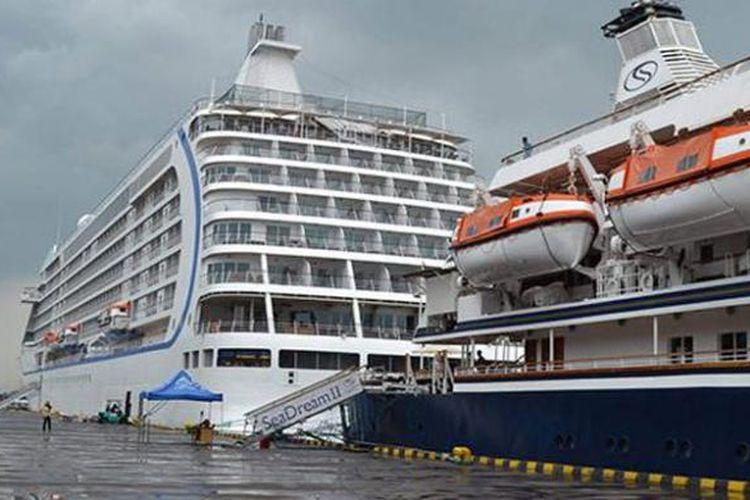 Sebuah kapal pesiar di Pelabuhan Benoa, Denpasar, Bali. Pelindo III sebagai pengelola Pelabuhan Benoa berencana kembangkan pelabuhan marina di dalam kawasan Pelabuhan Benoa.