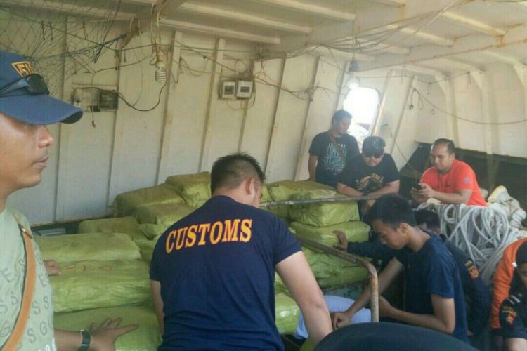 Barang bukti narkoba 1,6 Ton yang diamankan dari kapal Pinuin Union berbendera Singapura yang diamankan di perairan Anambas, Kepulauan Riau oleh petugas gabungan Polri dan Bea Cukai.