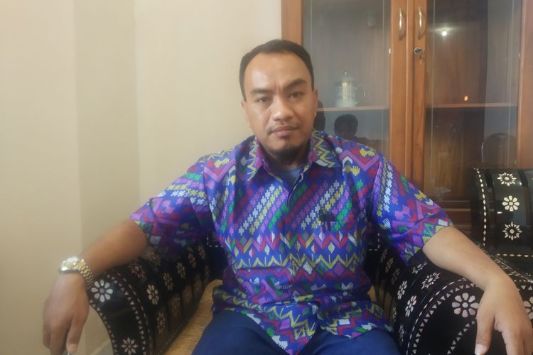 Komisioner KPU Kota Mataram, Divisi Sosialisasi dan Pendidikan Pemilih, Parmas dan SDM Sopian Hadi, ditemui di kantornya