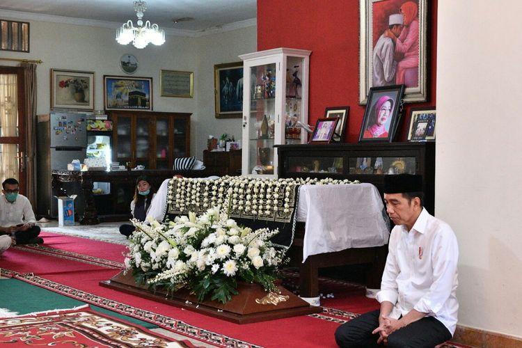 Presiden Joko Widodo di rumah duka almarhumah ibundanya
