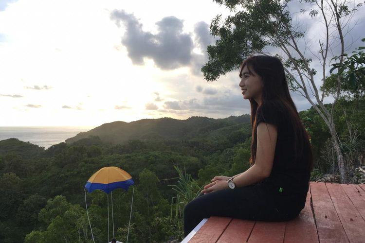 Pengunjung menikmati senja di Gunung Beluk, Desa Krambilsawit, Kabupaten Gunungkidul, DI Yogyakarta.