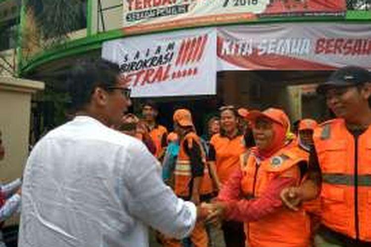 Calon wakil gubernur DKI Jakarta Sandiaga Uno, mengunjungi permukiman warga di Jalan Ophir I, Gunung, Kebayoran Baru, Jakarta Selatan, Jumat (4/11/2016).