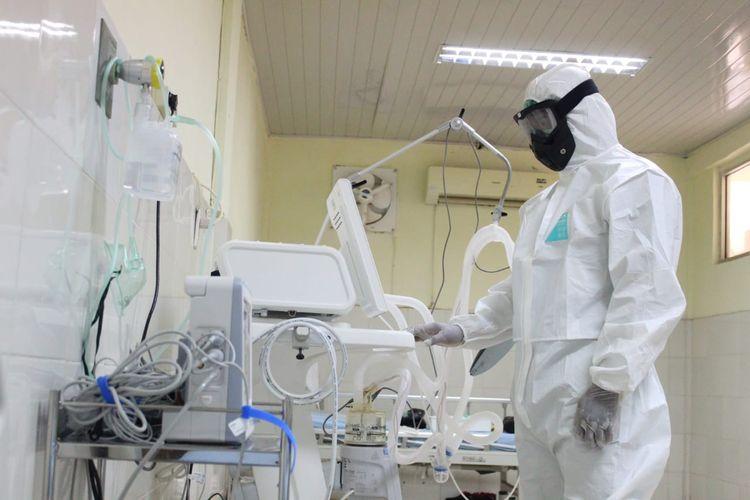 Petugas medis di ruang isolasi virus corona di Rumah Sakit Umum Cut Meutia, Kabupaten Aceh Utara, Aceh, Minggu (22/3/2020)