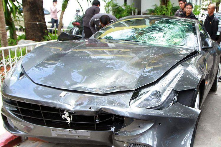 Mobil Ferrari yang dipakai Vorayuth Boss Yoovidhya, cucu pendiri Red Bull, dalam tabrak lari yang menewaskan seorang polisi pada 2012 di Bangkok, Thailand.