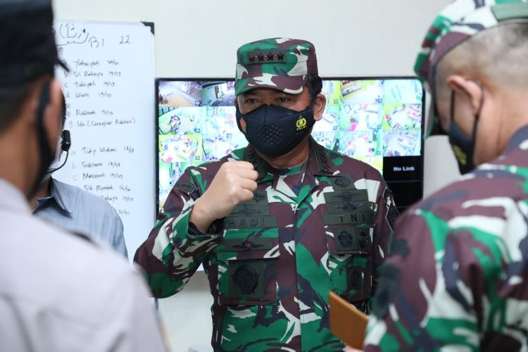 Panglima TNI Marsekal Hadi Tjahjanto saat meninjau isoter di rumah sakit lapangan khusus Covid-19 Bambanglipuro, Bantul, Daerah Istimewa Yogjakarta (DIY), Sabtu (24/7/2021).