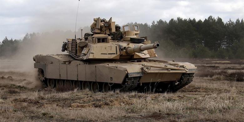 Personel dari Batalion ke-2, resimen infantri ke-7,  brigade temur ke1 Angkatan Darat AS di atas sebuah tank Abrams dalam sebuah latihan di Mielno dekat Drawsko-Pomorskie, Polandia.