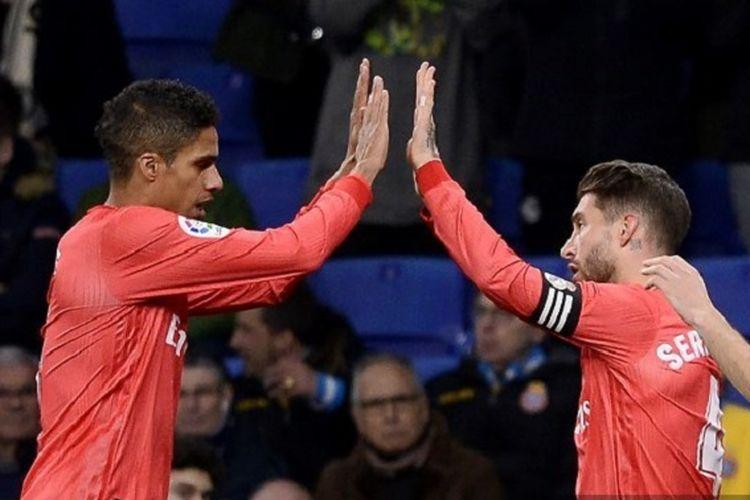 Raphael Varane merayakan gol Sergio Ramos pada pertandingan Espanyol vs Real Madrid di Stadion RCDE dalam lanjutan La Liga Spanyol, 27 Januari 2019.