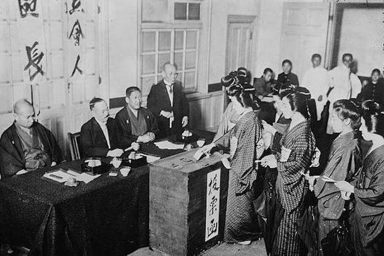 Wanita Jepang zaman dahulu saat memberikan hak pilih. [Library of Congress Via Insider]