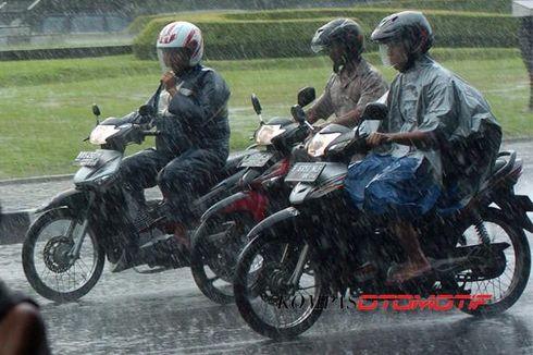 Pakai Kacamata Hujan-hujanan Naik Motor, Tak Masalah