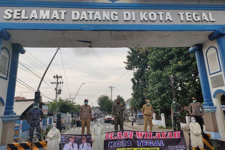 Wali Kota Dedy Yon Supriyono dan anggota Forkompimda Kota Tegal usai menutup akses perbatasan Kota dan Kabupaten Tegal di Kelurahan Debong, Tegal Selatan, Minggu (30/3/2020)