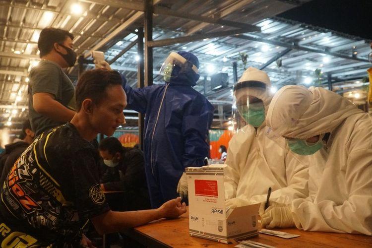 rapid test on the spot pengunjung kafe di Surabaya, Senin (13/4/2020) malam