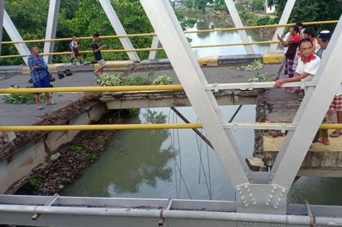 Jembatan di Jalan Trans Sulawesi Jebol, Truk Pembawa Pupuk Terjun ke Sungai