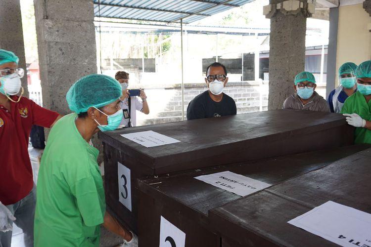Jenazah telantar di RSUP Sanglah Denpasar saat akan dibawa ke tempat krematorium mumbul untuk dilakukan kremasi, Kamis (23/9/2021).