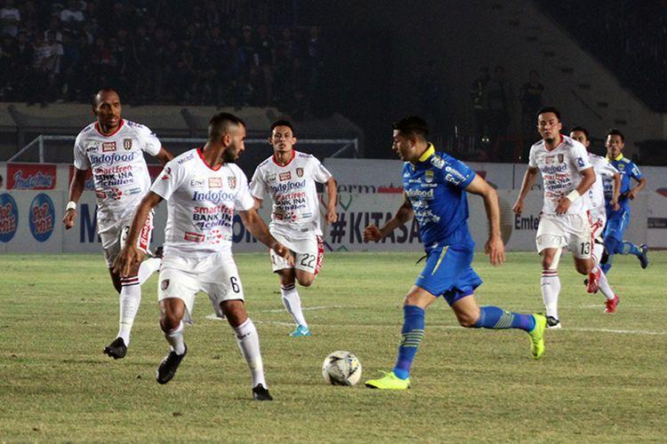 Winger Persib Bandung melancarkan serangan ke pertahanan Bali United, saat kedua tim bertemu di Stadion Si Jalak Harupat, Kabupaten Bandung, Ju,at (26/7/2019).