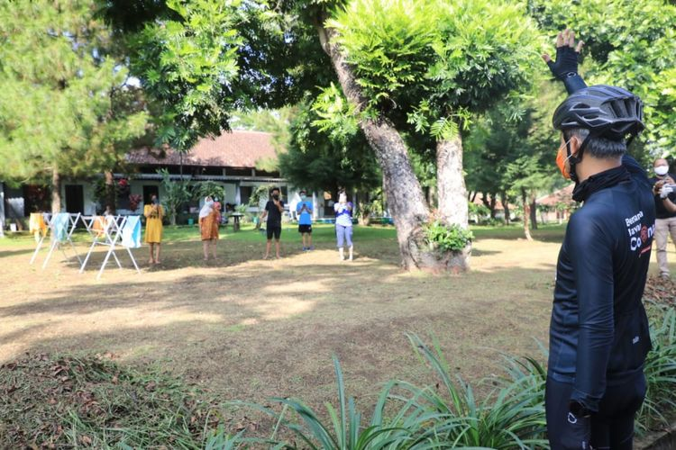 Gubernur Jateng Ganjar Pranowo menyapa pasien Covid-19 di Salatiga
