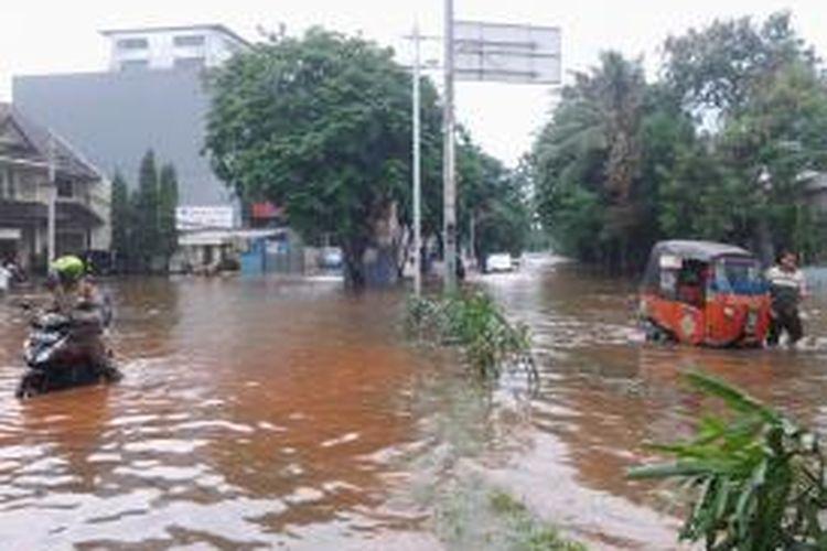 Banjir setinggi 60-70 cm atau sekitar selutut hingga paha orang dewasa di Jalan Pluit Timur Raya, Kecamatan Penjaringan, Jakarta Utara, Minggu (19/1/2014)