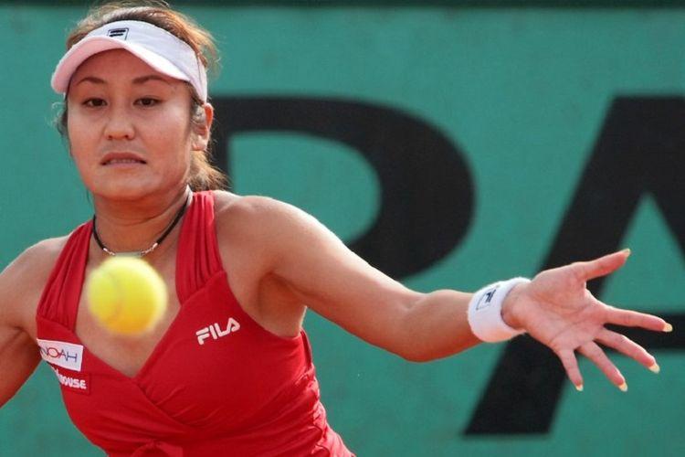 Petenis Jepang, Akiko Morigami, mencoba memukul bola saat melawan petenis Ceko, Petra Kvitova, dalam putaran pertama Perancis Terbuka 2018 pada 28 Mei 2008.