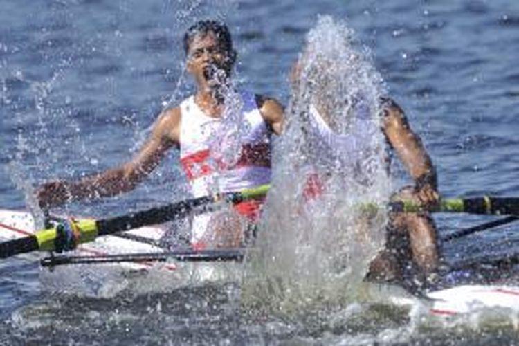 Pasangan atlet rowing Indonesia Thomas Hallatu (depan) dan Arief merayakan kemenangan dalam laga final nomor men's lightweight pair without coxswain (LM2-) SEA Games 2013 di Ngalike Dam, Naypyitaw, Myanmar, Selasa (17/12/2013). Dari 9 emas yang diperebutkan, tim rowing berhasil menyabet lima emas untuk disumbangkan ke Kontingen Indonesia.