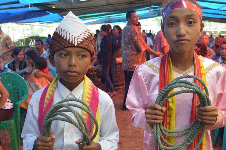 Dua penari dari Sekolah Dasar Inpres Nunur, Desa Mbengan, Kecamata Kota Komba, Kabupaten Manggarai Timur, Nusa Tenggara Timur, Selasa (1/8/2017) menyiapkan tali untuk tarian Umbiro.