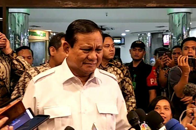 Ketua Umum Partai Gerindra Prabowo Subianto membesuk Menko Polhukam Wiranto di RSPAD Gatot Soebroto, Jakarta, Jumat (11/10/2019).