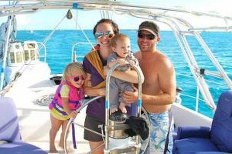 Genevieve dan Eben Stolz memutuskan untuk membeli sebuah family boat dan hidup dengan berlayar di perairan Karibia.