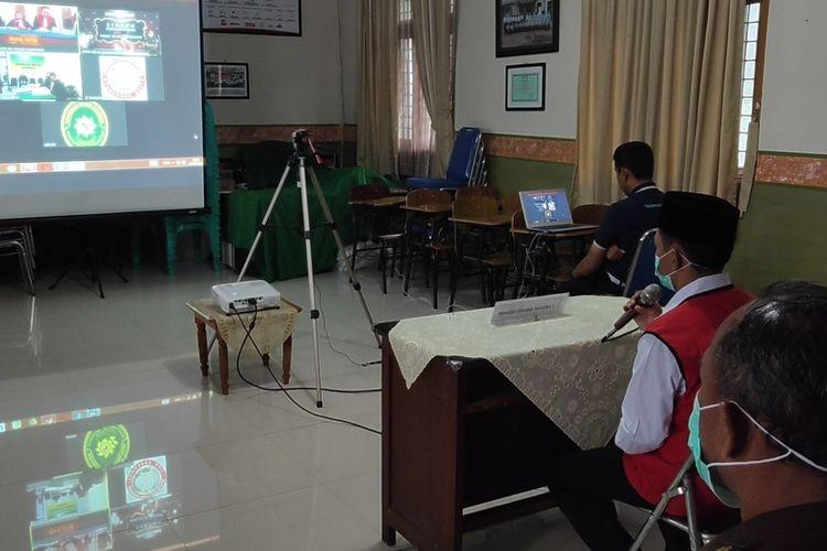 Seorang terdakwa sedang menjalani sidang pidana secara online di salah satu ruang di dalam lingkungan Lapas Kelas II A Kabupaten Kuningan Jawa Barat Senin(6/4/2020). Sidang secara online dilakukan guna meminimalisasi penyebaran virus corona yang kian meluas.