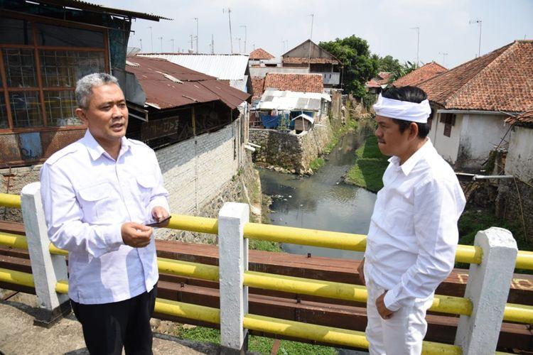 Wakil Ketua Komisi IV DPR RI Dedi Mulyadi (kanan) bersama rombongan meninjau Sungai Cilamaya dan Sungai Cimunjul yang berada di Desa Ciparungsari, Kecamatan Cibatu, Kabupaten Purwakarta, Jawa Barat.