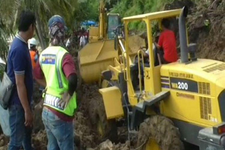 Tiga unit alat Berat petugas untuk mengvakuasi material Longsor Tebing Batu di jalan trans sulawesi Majene sulawesi barat.