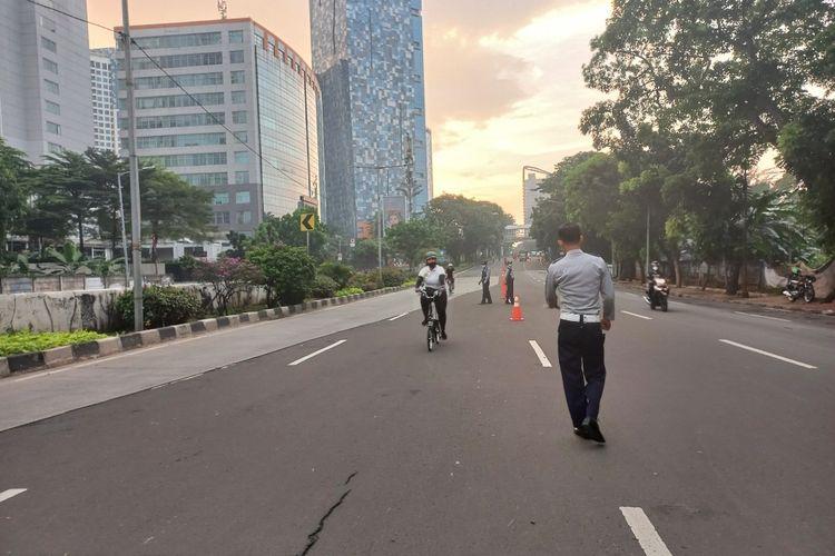 Pesepeda diarahkan keluar darj lajur kanan Jalan Raya Casablanca mengarah Jalan Layang Non Tol (JLNT) Tanah Abang - Kampung Melayu, Minggu (13/6/2021)