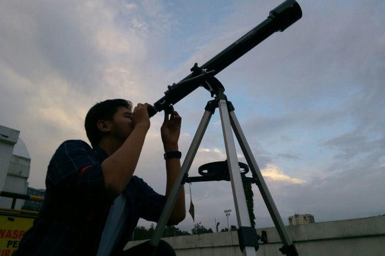Seorang Panitia Pelaksana acara observasi Gerhana Bulan Total tengah mempersiapkan teleskop yang disediakan untuk melakukan pengamatan gerhana bulan total yang terjadi malam ini. Sekitar enam teleskop disediakan Planet Sabuga di Sasana Budaya Ganesha, Kota Bandung, Rabu (31/1/2018).