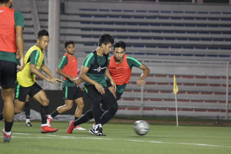 Timnas U-22 Indonesia saat melakukan latihan pada hari Jumat (29/11/2019) jelang laga melawan Vietnam di Stadion Rizal Memorial, Minggu (1/12 2019) malam.
