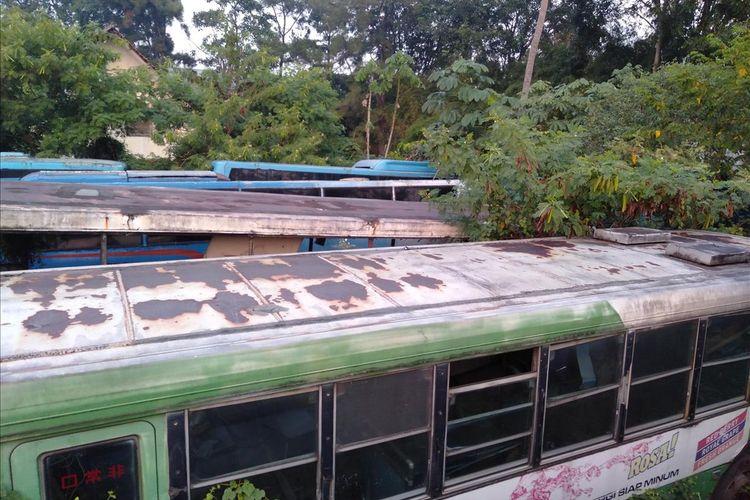 Bus Transjakarta yang tidak terpakai terpakir di Perum Pengangkutan Penumpang Djakarta, Ciputat, Tanggerang Selatan, Banten, Jumat (26/7/2019)