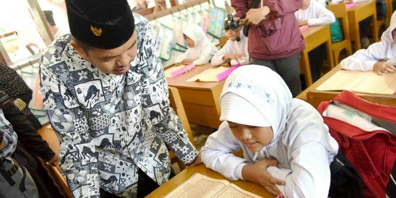 Dedi Mulyadi saat mendampingi siswa belajar agama. Selama bulan puasa tahun ini pPara siswa di Purwakarta mendapat pelajaran baca tulis Al Quran dan Kitab Kuning oleh para guru madrasah di setiap wilayahnya.