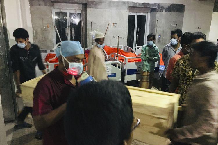 Orang-orang membawa peti berisi jenazah korban Masjid Jami Naitus Salat yang meledak di Narayanganj, Bangladesh, Sabtu (5/9/2020). Ledakan terjadi saat para jemaah menunaikan shalat malam di masjid itu pada Jumat (4/9/2020). Setidaknya 24 orang tewas hingga Minggu (6/9/2020).