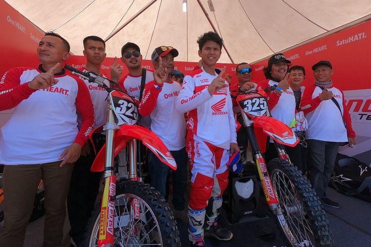 Muhammad Delvintor Alfarizi berfoto bersama para komunitas sebelum pertandingan MX2 di ajang MXGP Palembang, 6-7 Juli 2019.