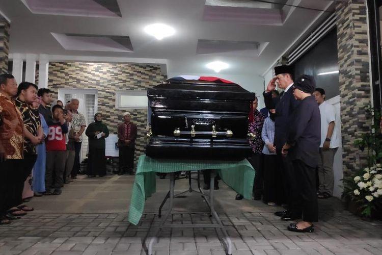 Kepala Badan Nasional Penanggulangan Bencana (BNPB) Letjen Doni Monardo memberikan penghormatan terakhir kepada jenazah kepala Pusat Data Informasi dan Humas (Pusdatinmas) BNPB, SutopoPurwo Nugroho.