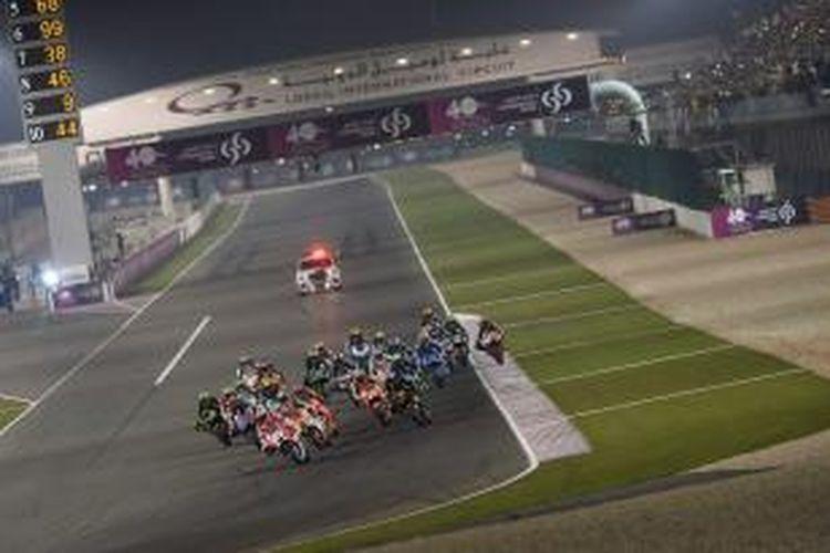 Para pebalap MotoGP beraksi pada balapan GP Qatar di Sirkuit Losail, Minggu (29/3/2015).